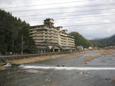 川沿いに建つ風格のある大きな旅館です。