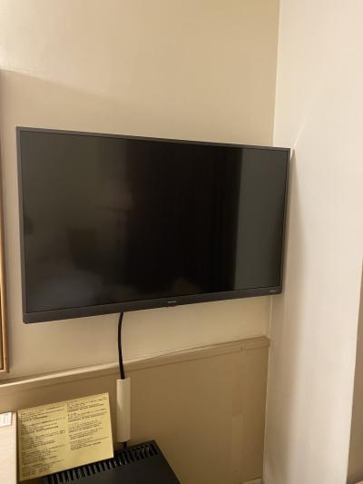 壁掛けの液晶テレビ。NHKが映りました。