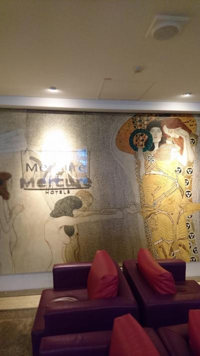 ロビー壁面はご当地名物クリムトの絵をモチーフにしていた