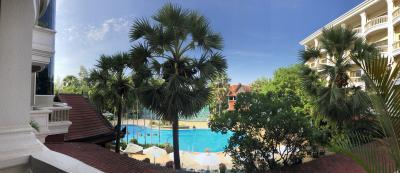 テラスから見下ろすプールがリゾート気分盛り上げます!