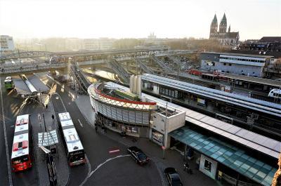 電車のホームとトラム乗り場が直結、小規模ながら駅構内にはスーパーやカフェなど
