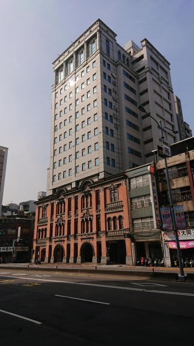 古い建物の上に新しい建物を載せてあるホテル