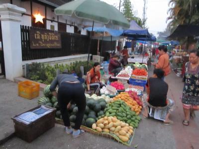 ルアンパバーンの朝市は、見ていてなかなか興味深い品々が並んでいました。