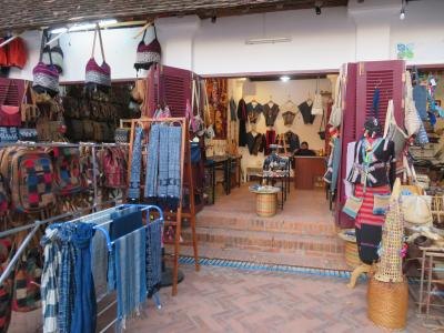 ルアンパバーンの街中にあるモン族の民芸品などを販売しているところです。