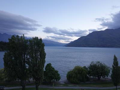 バーから眺めるワカティプ湖の夕景