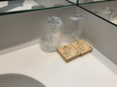 石鹸と使い捨てコップ
