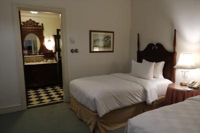 デラックス・ツイン・スイートの寝室部分。