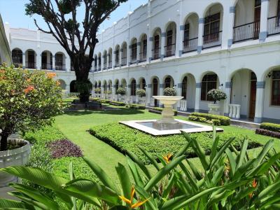 一階回廊から見た中庭の一部。
