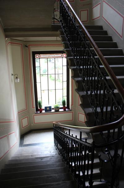 階段はこんな趣のある造り。リッチな気分になれます。