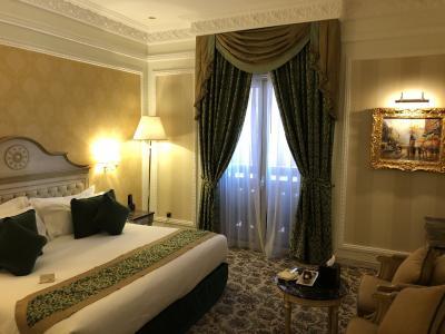 都会の宮殿風ホテル