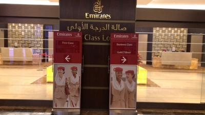 ビジネスクラスラウンジを閉鎖して、ファーストクラスラウンジの半分をビジネスクラスラウンジとして運用。