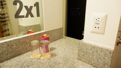 水はペットボトルではなく瓶入り