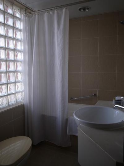 浴室に窓があり、明るく雰囲気が良い