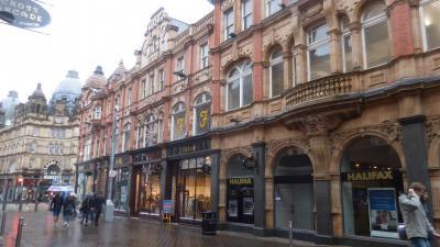 美しいアーケードと建物が集まるショッピングの街リーズの中心