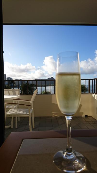 結婚記念日という事でシャンパンの差し入れまでありました。