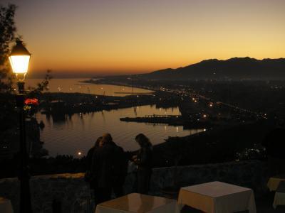 マラガの街を見下ろす丘の上にヒブラルファロ城とならんで建つ絶景ホテル。