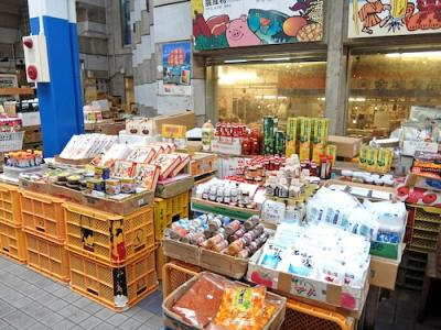 日本最南端のアーケード商店街。沖縄らしいお土産が入手できます