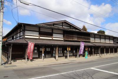 重要文化財の石場家住宅は現在も現役の商店です。