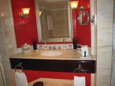 バスルームの方の洗面台は大き目で、アメニティはエルメスでした
