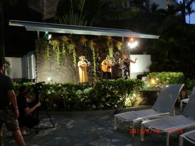 夕方からプールサイドでハワイアンバンドの演奏