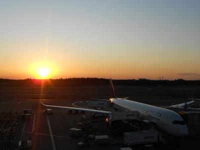 夕焼け空に飛行機のシルエット