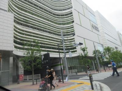 住友不動産が販売するタワーマンションに囲まれた住友不動産の商業施設