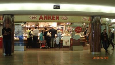 看板に赤い「ANKER」の文字が目立っていますのですぐわかります。