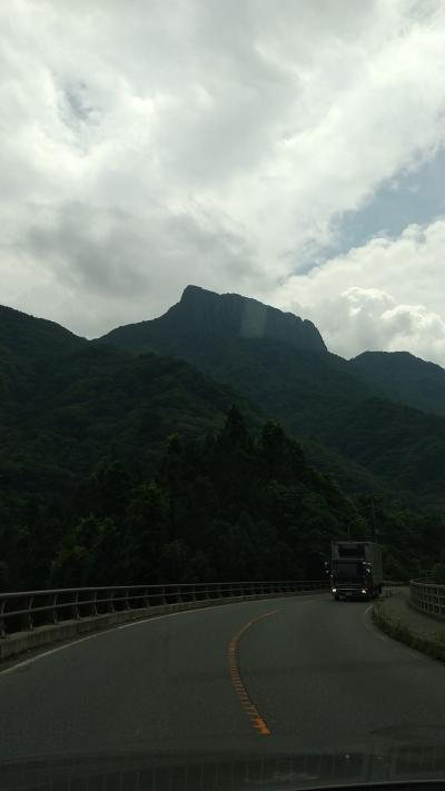 荒々しい山