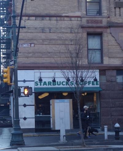 72th streetにあるこじんまりしたスターバックス