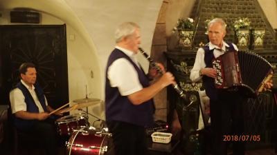 アコーディオン、クラリネット、ドラムのトリオ編成の生演奏が楽しめました