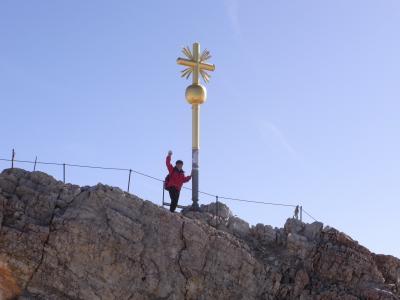 ドイツ最高峰ツークシュピッツェ山で万歳!
