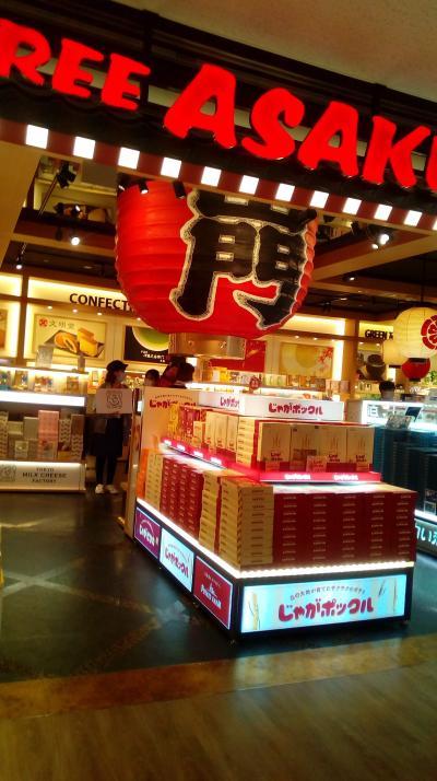 日本土産を購入する外国人で賑わっています。