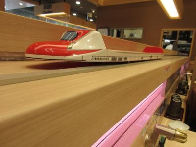 パサール三芳:広くて店が一杯で買い物も食事も楽しい。すし松の新幹線レーン。