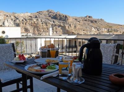 プライベートテラスでトルコ式の朝食を楽しめます
