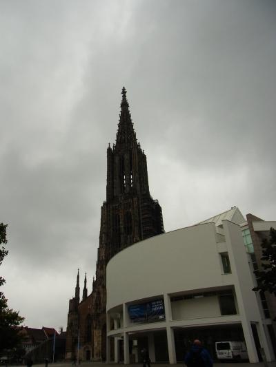 大聖堂の向かいにあります