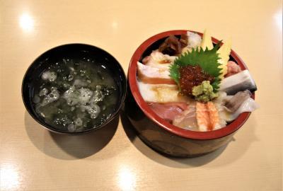 越後湯沢駅構内のお寿司屋さんです。私はランチメニューの海鮮丼を頂きました。