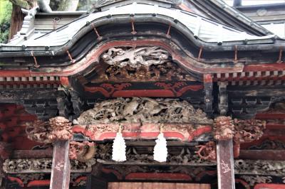 龍や鳳凰の素晴らしい透かし彫りがある全体が朱色の建物です。