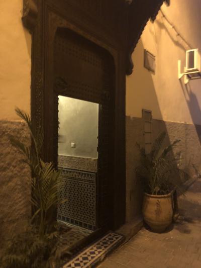 夜のホテルの入口
