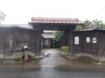 結城駅北口から北に約15分程度です。