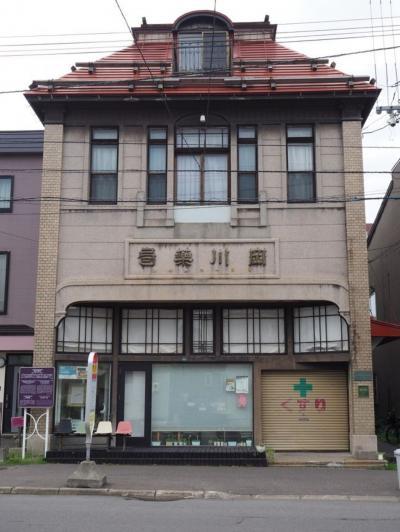 今はカフェと民泊になったレトロ空間「旧・岡川薬局」。