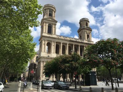 大きく厳かな教会