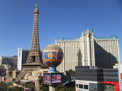 Vegas の青い空に映えるエッフェル塔