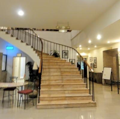 螺旋階段のあるホテルのロビー