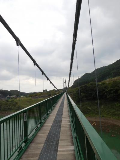 大きな吊り橋からダム湖を見下ろす
