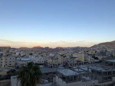 街並みと朝焼けのペトラの山々