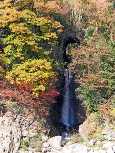 紅葉の季節が最高 長谷川から落ちる滝が風情がある 道の駅も風情がある
