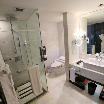 シャワーブースとトイレ。アメニティはモルトンブラウン。