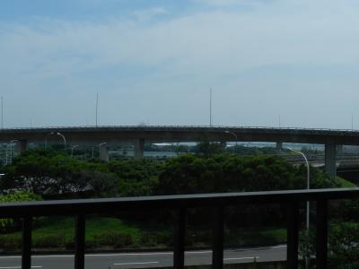 部屋のベランダから空港が見えます