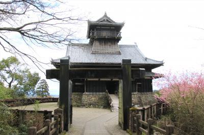 戦国時代の綾城を復元した複合式望楼型3重3階模擬天守が木造で再建されています。