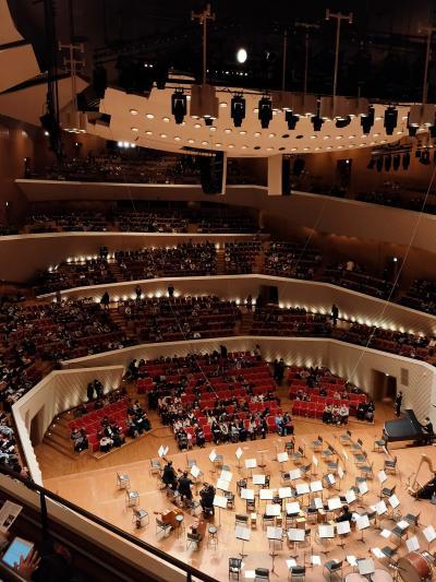 座席が舞台を取り囲むような渦巻き状に配置されています。横並びで高さが違う席も有るというユニークさです。